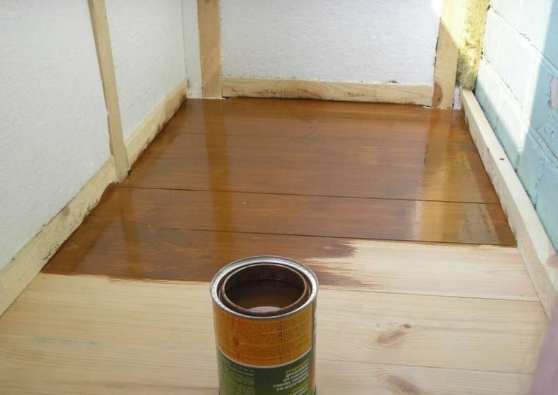 Vloeren in een houten huis. de oude hoes verwijderen. hoe de vloer